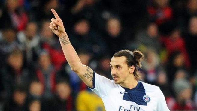 Zlatan Ibrahimovic, del Paris Saint-Germain, celebra tras anotar 2-0 con un cobro de penalti ante Bayer 04 Leverkusen.