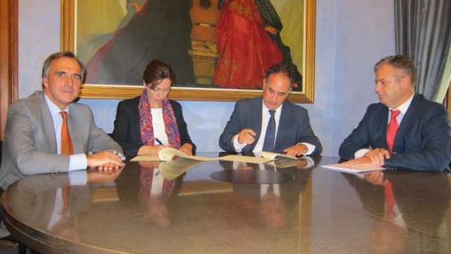 Ceballos y Romero (centro) durante la firma