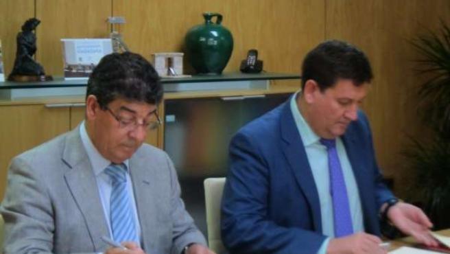 Diego Valderas y José María Algora, durante la firma del convenio