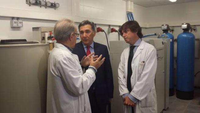 El consejero de Sanidad, Ricardo Oliván, en la planta de aguas de hemodiálisis.