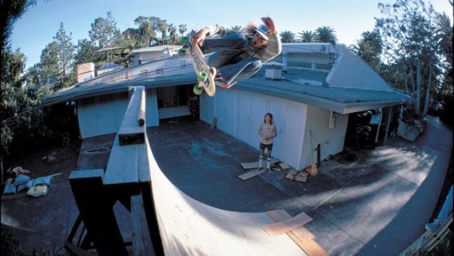 El mítico 'skater' Tony Alav retratado en 1977 por Glen E. Friedman
