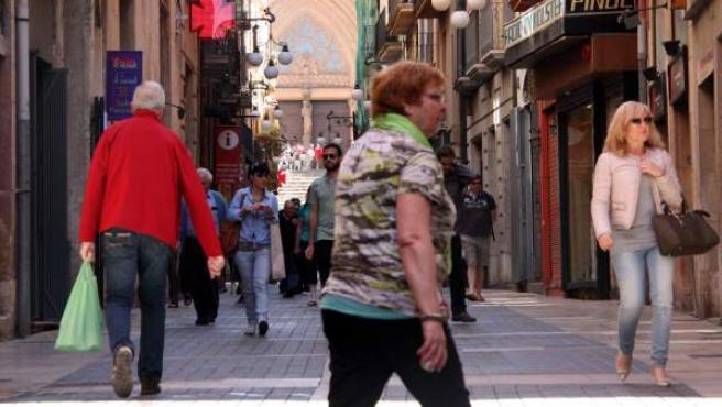 Un carrer del centre de Tarragona ple de gent.