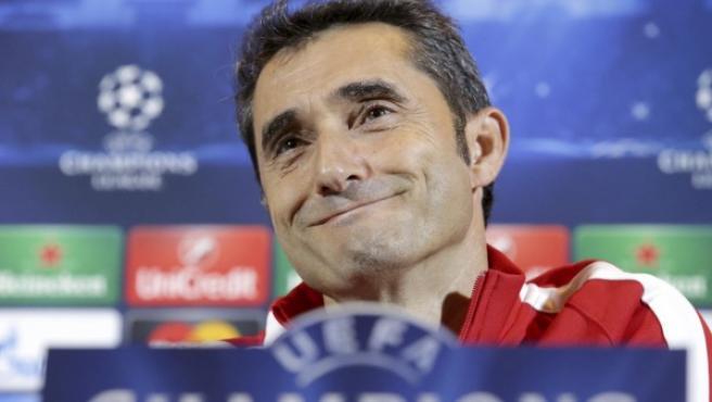 El entrenador del Athletic Club de Bilbao, Ernesto Valverde, atiende a los medios de comunicación en la jornada previa a un partido de Champions frente al BATE Borissov.