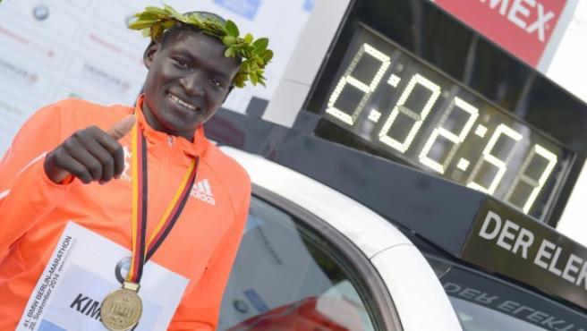 El atleta keniano Dennis Kimetto celebra su victoria en el Maratón de Berlín 2014, donde estableció un nuevo récord mundial sobre la distancia.