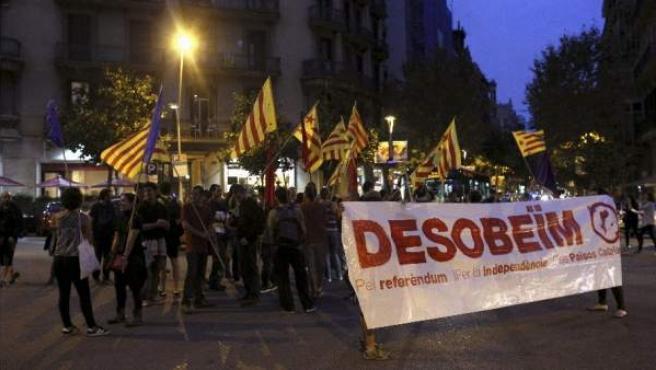 Un grupo de personas se ha concentrado frente a la delegación del Gobierno en Barcelona contra la suspensión cautelar del referendum en Cataluña.