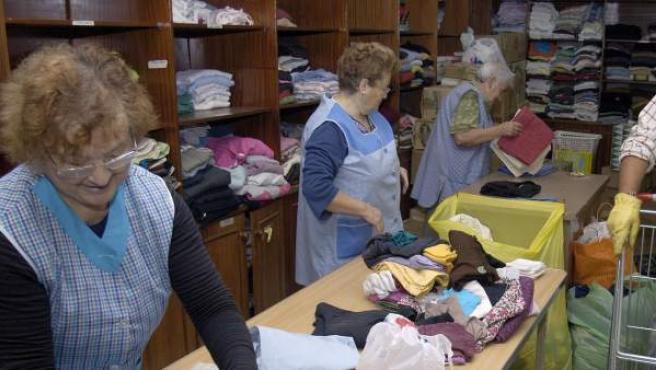 Imagen de archivo de un grupo de voluntarios trabajando en un almacén de Cáritas.