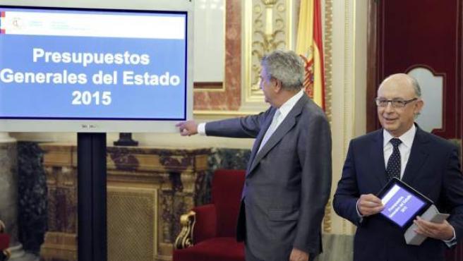 El ministro de Hacienda, Cristóbal Montoro (d), entregó al presidente del Congreso, Jesús Posada, el proyecto de ley de Presupuestos Generales del Estado para 2015.
