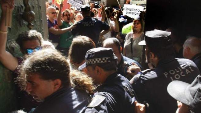 Forcejeo entre manifestantes y agentes de la Policía Local a las puertas del Ayuntamiento de Alicante mientras se celebraba el pleno en el que se ha rechazado la petición de dimisión de la alcaldesa, Sonia Castedo (PP) por su doble imputación.