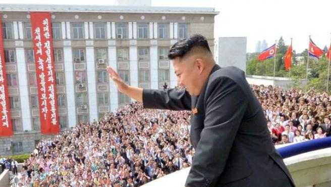 El líder norcoreano, Kim Jong-un, saludando a la multitud congregada en la plaza Kim Il Sung Square de Piongyang (Corea del Norte), durante las celebraciones por el 65 aniversaro de la fundación del país.