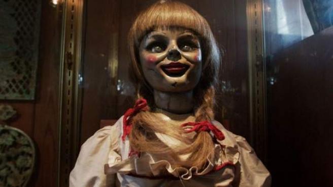 Tras el éxito de 'Expediente Warren (The Conjuring)', retrocedemos unos años antes para asistir a la historia de una muñeca poseída por el mismísimo Diablo. Un caso que incluso fue estudiado en los 70 por especialistas en fenómenos paranormales.