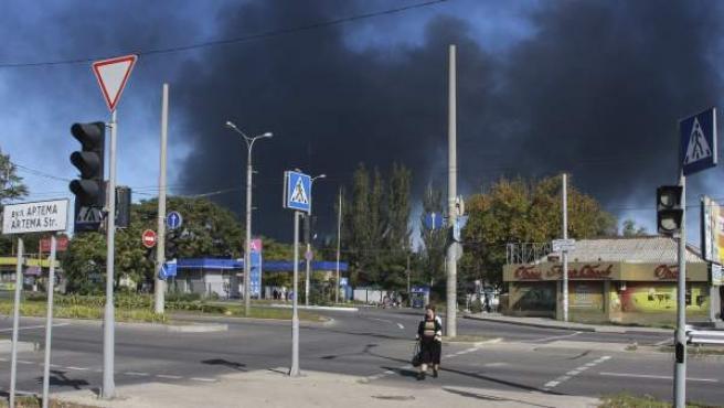 Una columna de humo emerge cerca del Aeropuerto Internacional en Donetsk (Ucrania). Las milicias separatistas prorrusas han asaltado el aeropuerto de Donetsk, en el este de Ucrania, tras cañonearlo la víspera con fuego de artillería y morteros, informaron las autoridades ucranianas.
