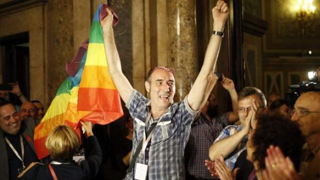 Miembros de colectivos homosexuales celebran la aprobación de la ley contra la homofobia en Cataluña.