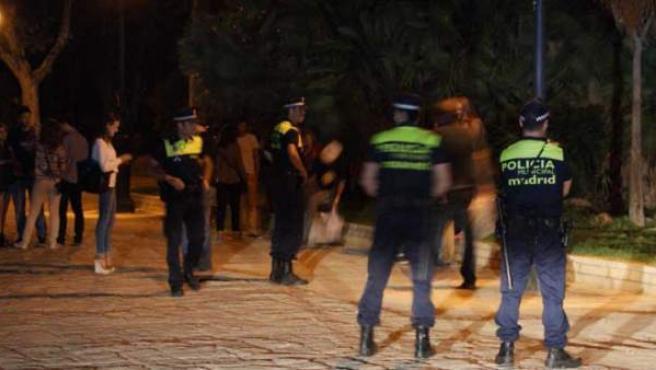 Policías municipales de Madrid en una operación contra el botellón en la capital.
