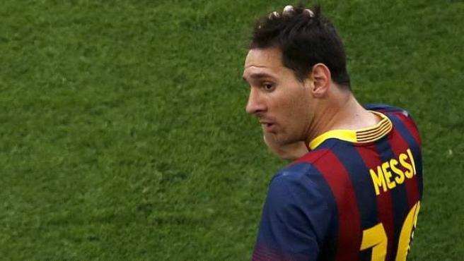 Leo Messi se muestra desorientado en un lance del Barça-Atleti de la última jornada de Liga.