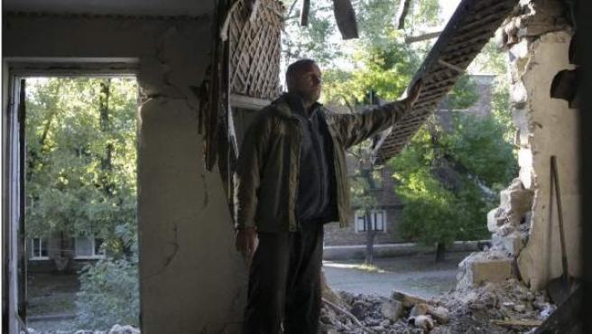 Un hombre muestra el estado en el que ha quedado su casa después de los bombardeos.