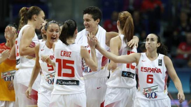 Las jugadoras españolas celebran su victoria (71-55) en el partido España-China, de cuartos de final del campeonato del Mundo femenino de baloncesto, en Estambul, Turquía.