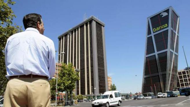 Un hombre pasa junto a la exsede central de CajaMadrid.