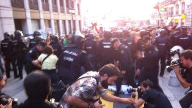 Imágenes del fuerte dispositivo policial cerca de Sol durante el 'Rodea el Congreso' de este 4 de octubre.