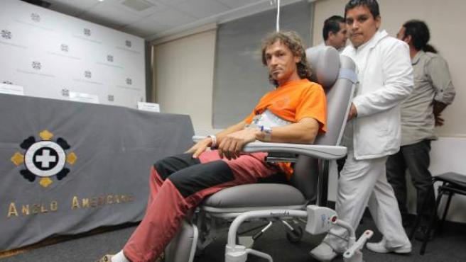 El espeleólogo español Cecilio López, antes de la rueda de prensa en una clínica de Lima (Perú) tras ser rescatado de una cueva en la Amazonía peruana el pasado 30 de octubre luego de sufrir un accidente al caer cinco metros de altura dentro del lugar