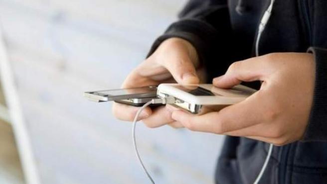 Un joven consulta Internet desde su smartphone.