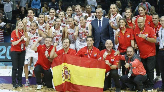 Las jugadoras de la selección española de baloncesto celebran su medalla de plata en el Mundobasket de Turquía.