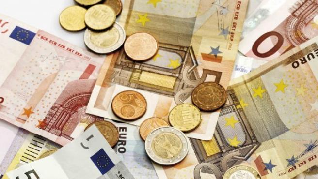 Varias monedas y billetes de euro.