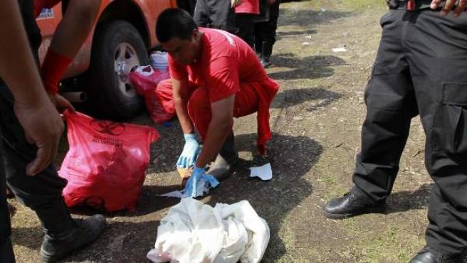 Imagen en la que vemos la búsqueda de los cuerpos de 43 estudiantes en unas fosas en la ciudad mexicana de Iguala