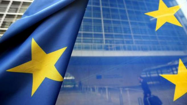 Fotografía de archivo que muestra una bandera de la Unión Europea frente a la sede de la Comisión Europea (CE).