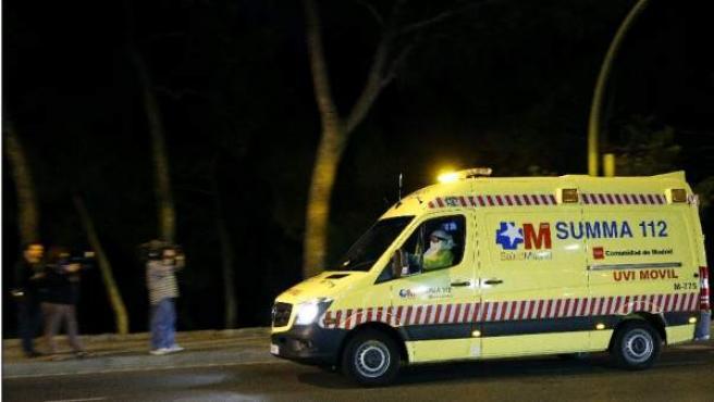 Una uvi móvil traslada a la auxliar de enfermería contagiada con el virus de ébola al hospital Carlos III de Madrid, donde será tratada de la enfermedad.
