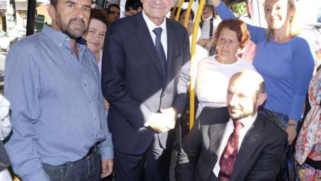 Francisco de la Torre, Raúl López y María Victoria Romero en un autobús