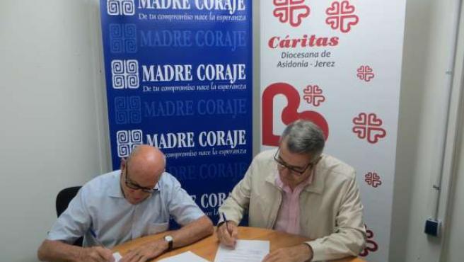 Firma del acuerdo entre Cáritas y Madre Coraje