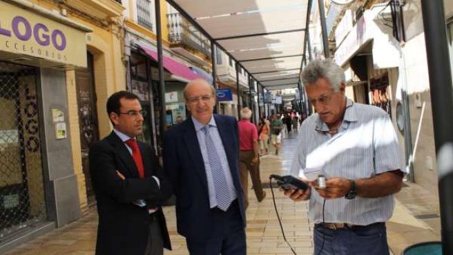El alcalde de Huelva, Pedro Rodríguez, quita entoldado del centro.