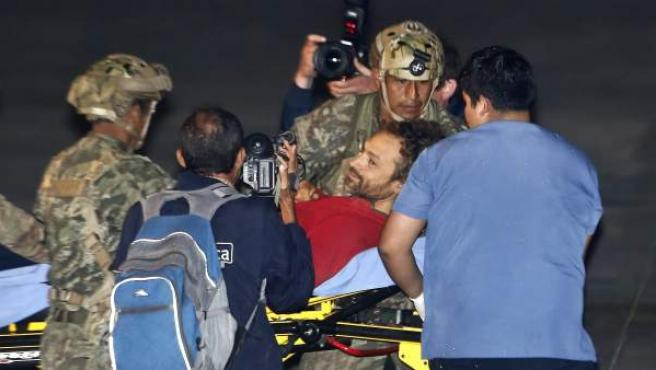 El espeleólogo español Cecilio López Tercero recibe asistencia médica en el aeropuerto de una base aérea tras su rescate de la cueva en la selva peruana.