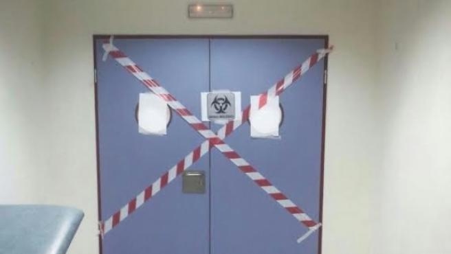 Puerta precintada por seguridad en el Hospital de Alcorcón tras el ingreso de una paciente con ébola.
