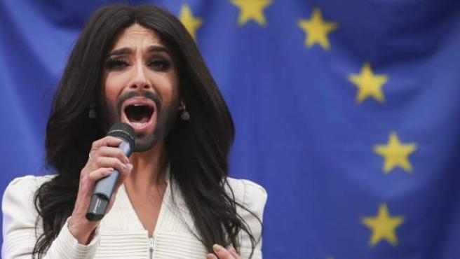 La cantante Conchita Wurst interpreta una canción delante del Parlamento Europeo en Bruselas.