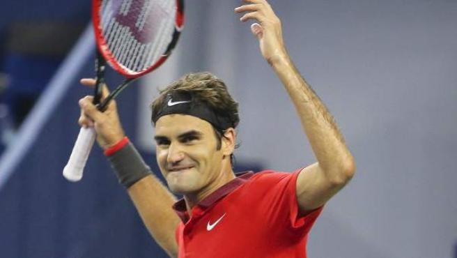 El tenista suizo Roger Federer celebra su triunfo en el Masters de Shanghai a Leonardo Mayer.