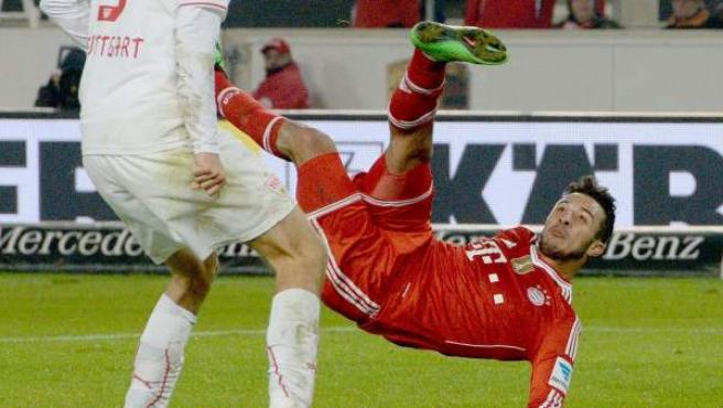 Thiago remata de manera acrobática en un partido del Bayern.