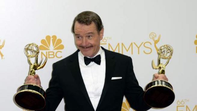 Bryan Cranston posa con los premios a mejor actor en una serie de drama y mejor drama por 'Breaking Bad' durante la ceremonia 66 edición de los premios Emmy