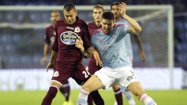 El jugador del Celta de Vigo Fontás (d) pugna por un balón con el argentino Fariña, del Deportivo de La Coruña.