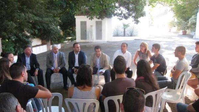 Reunión Juanma Moreno PP-A con alumnos la cónsula y otros exalumnos