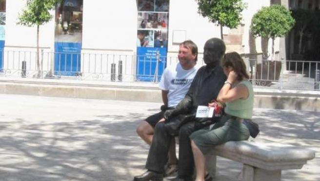 Dos turistas junto a la estatua de Picasso en Málaga capital plaza de la merced