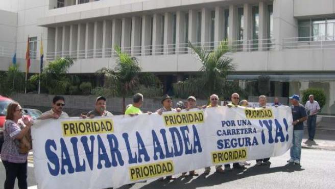 Foro Roque Aldeano protestando ante la sede del Cabildo de Gran Canaria