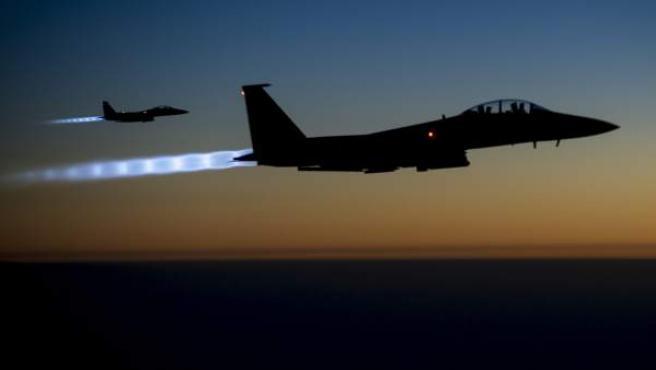 Fotografía facilitada por el Departamento de Defensa de Estados Unidos que muestra dos cazas estadounidenses sobrevolando el norte de Irak tras atacar en Siria.