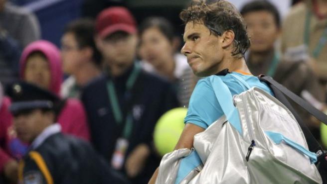 El tenista balear Rafa Nadal observa el marcador con el rostro serio después de ser eliminado del Masters de Shanghái 2014 tras caer con Feliciano López.