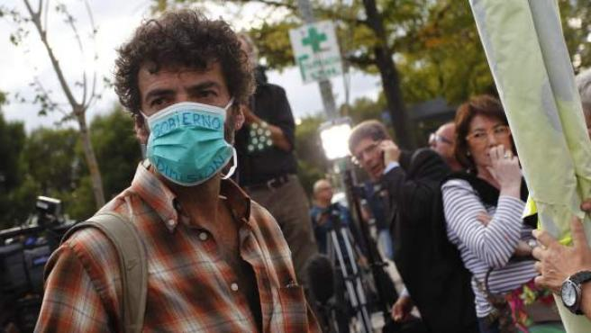 Un hombre pide la dimisión del Gobierno por el contagio del ébola.