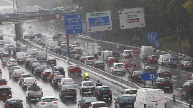 Retención de tráfico en la M-30, a la altura de Ventas, a causa de la lluvia caída sobre Madrid.