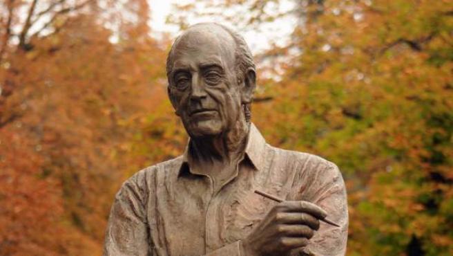 Estatua de Antonio Mingote en El Retiro