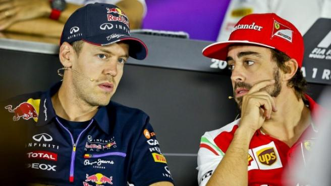 Sebastian Vettel y Fernando Alonso conversan en los prolegómenos de la rueda de prensa oficial del Gran Premio de Rusia 2014 de Fórmula 1.