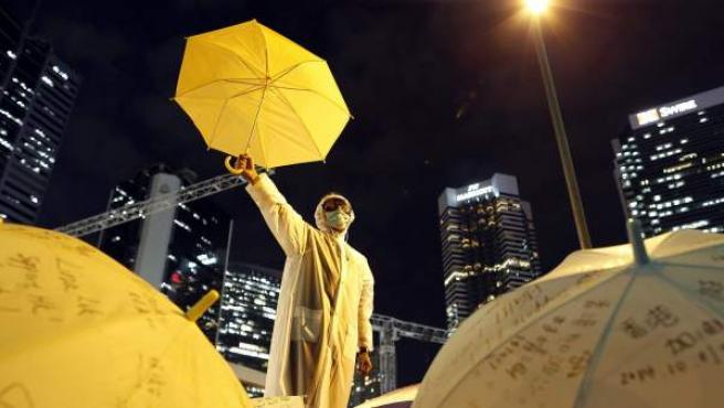Un manifestante enseña su paraguas en señal de protesta en las calles de Hong Kong.