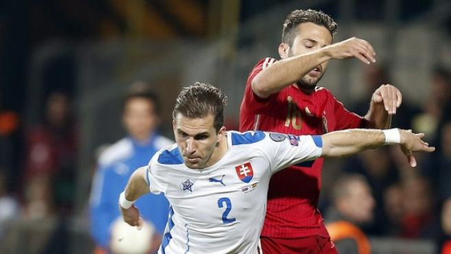 El defensa de la selección española Jordi Alba (d) disputa un balón con el defensa de la selección eslovaca Peter Pekarík (i), durante el partido de la fase de grupos de clasificación para la Eurocopa 2016 que ambos combinados disputan hoy en el estadio MSK Zilina, en Eslovaquia.